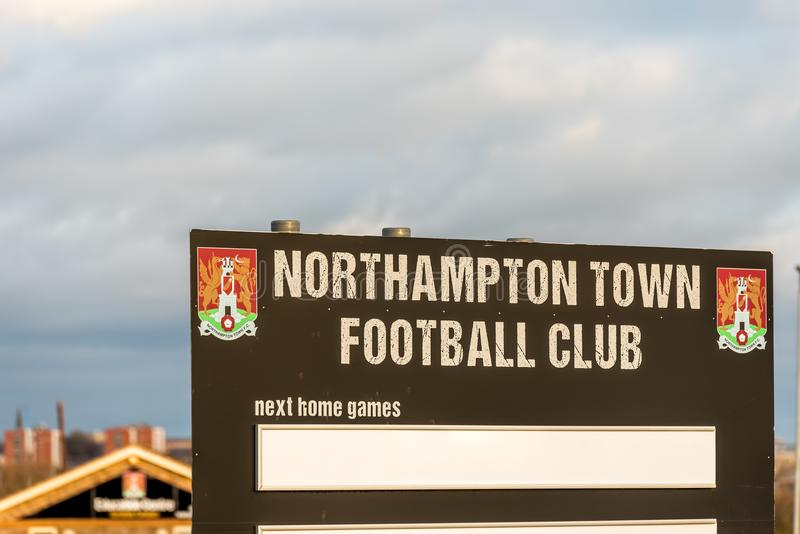 Northampton UK Januari 04, 2018: Ställningen för fasta tillbehör för den Northampton Town fotbollklubban i Sixfields detaljhandel royaltyfria foton