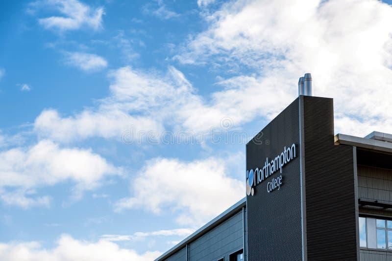 Northampton UK Listopad 11 2018: słonecznego dnia widok okno nowożytny Northampton szkoły wyższej budka pas ruchu budynek obrazy stock