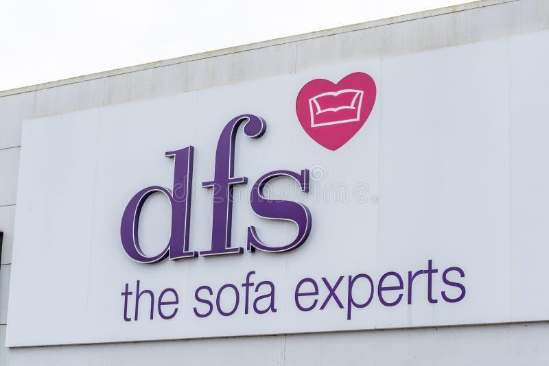 Northampton, UK - Oct 26, 2017: Widok DFS kanapy ekspertów logo w Nene doliny handlu detalicznego parku fotografia royalty free