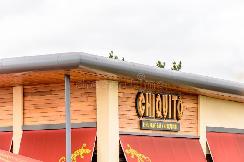NORTHAMPTON UK - 29 OKTOBER 2017: Dagsiktsskottet av den Chiquito logoen i Sixfields detaljhandel parkerar arkivbilder