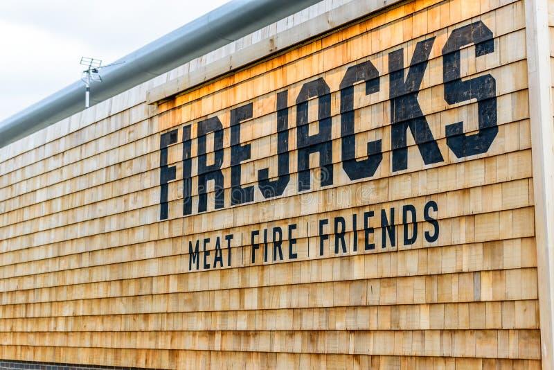 NORTHAMPTON UK - 29 OKTOBER 2017: Dagsiktsskottet av logoen för vänner för Firejacks köttbrand i Sixfields detaljhandel parkerar arkivbilder