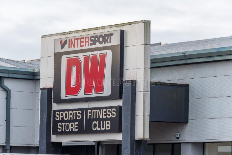 Northampton UK - Oktober 26, 2017: Sikt av en klubbalogo för DW Intersport Fitnes i Nene Valley Retail Park arkivfoton