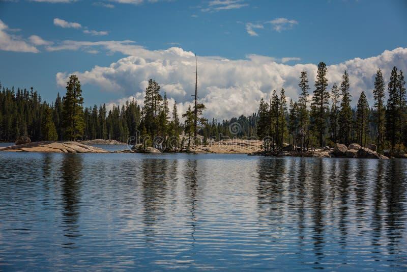 Northern California湖高山在一明亮的好日子 免版税库存图片