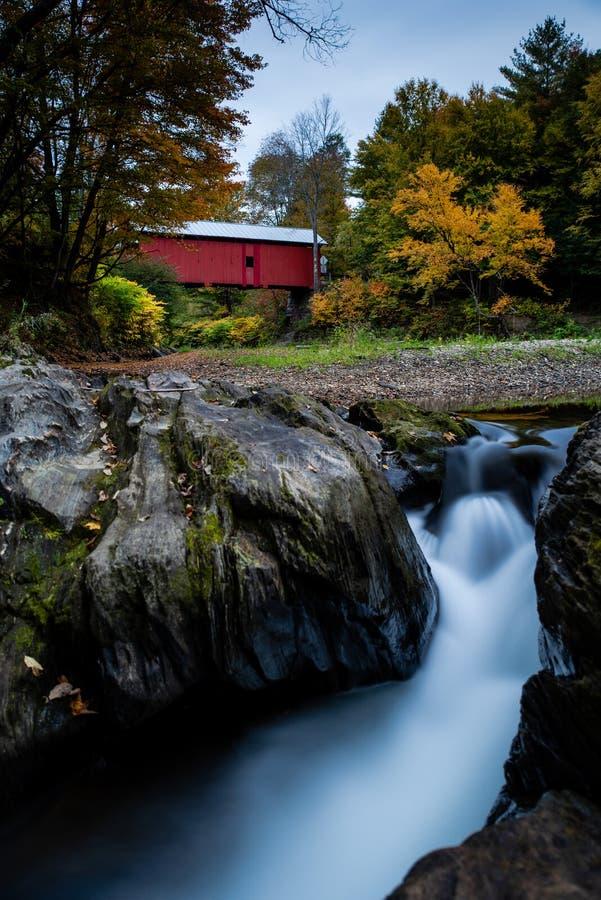 Northfield nedgångar & dold bro för slakthus - långa exponeringsvattenfall - Vermont royaltyfri fotografi