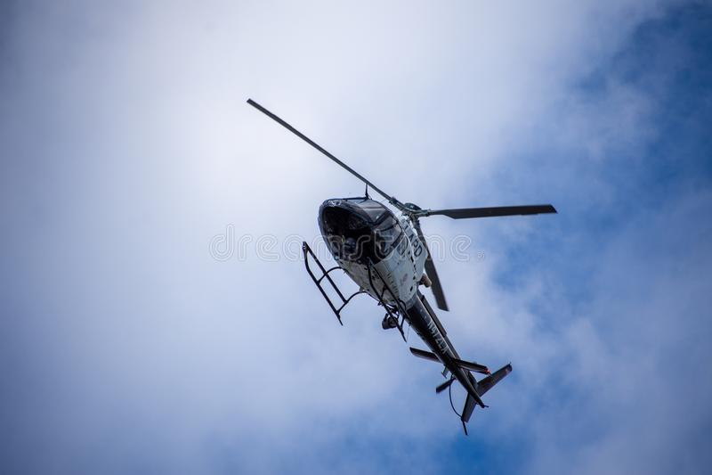 Northridge,加州/美国- 2019年5月27日:LAPD航空兵和巡逻单位反应在郊区的brandishing/ADW电话 免版税库存图片