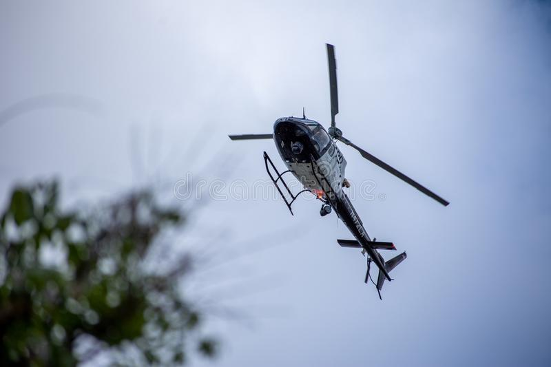 Northridge, CA/Соединенные Штаты - 27-ое мая 2019: Блоки авиационной части и патруля LAPD отвечают звонку brandishing/ADW в приго стоковые фотографии rf