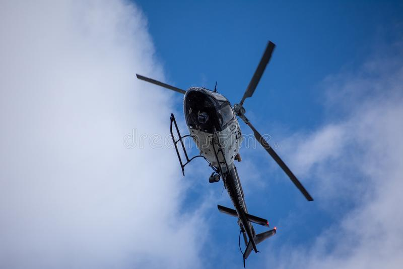 Northridge, CA/Соединенные Штаты - 27-ое мая 2019: Блоки авиационной части и патруля LAPD отвечают звонку brandishing/ADW в приго стоковая фотография rf