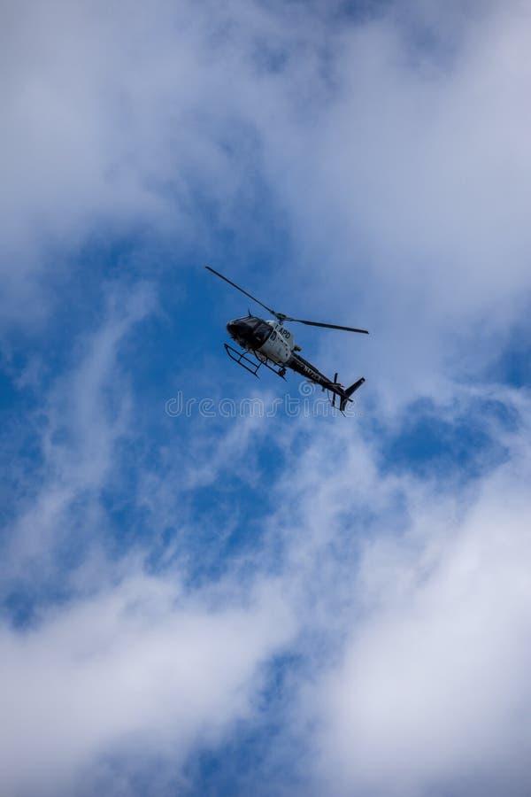 Northridge, CA/Соединенные Штаты - 27-ое мая 2019: Блоки авиационной части и патруля LAPD отвечают звонку brandishing/ADW в приго стоковое фото rf