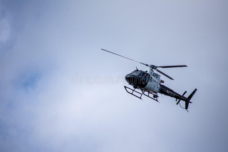 Northridge, CA/Соединенные Штаты - 27-ое мая 2019: Блоки авиационной части и патруля LAPD отвечают звонку brandishing/ADW в приго стоковое изображение