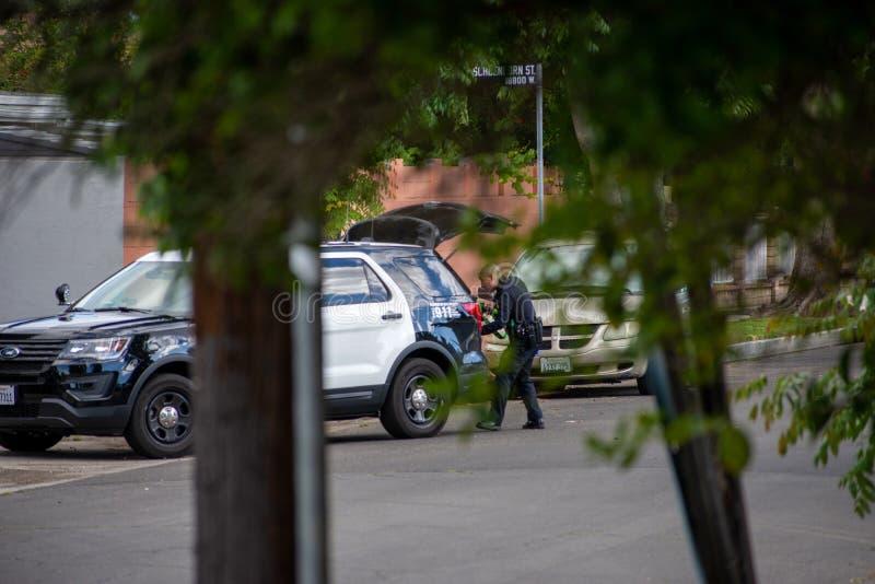 Northridge, CA/Соединенные Штаты - 27-ое мая 2019: Блоки патруля LAPD отвечают звонку brandishing/ADW в пригородном районе с стоковое изображение rf