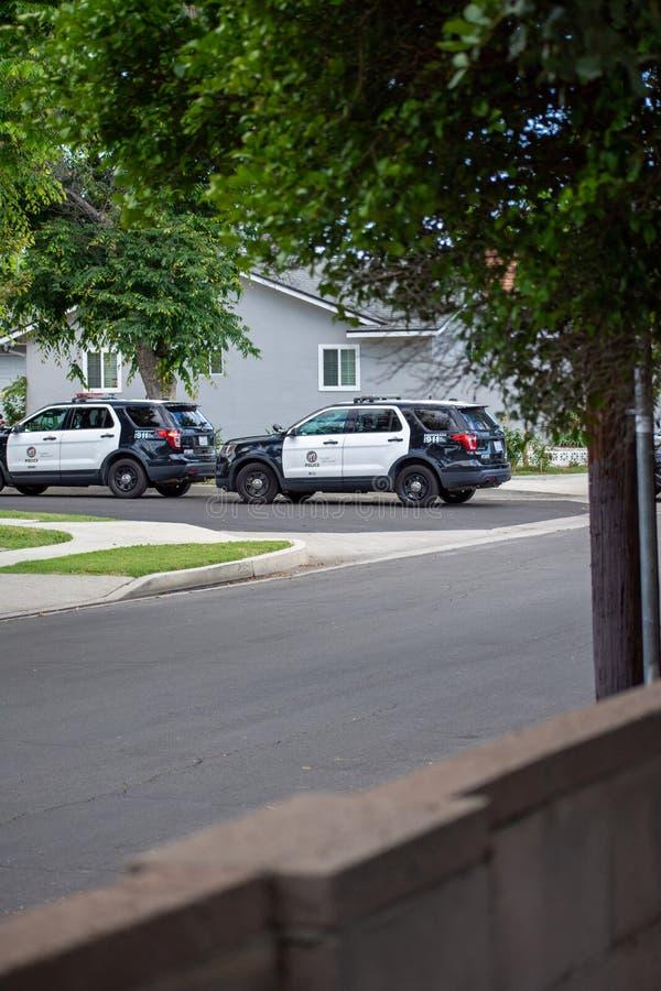 Northridge, CA/Соединенные Штаты - 27-ое мая 2019: Блоки патруля LAPD отвечают звонку brandishing/ADW в пригородном районе стоковые фотографии rf