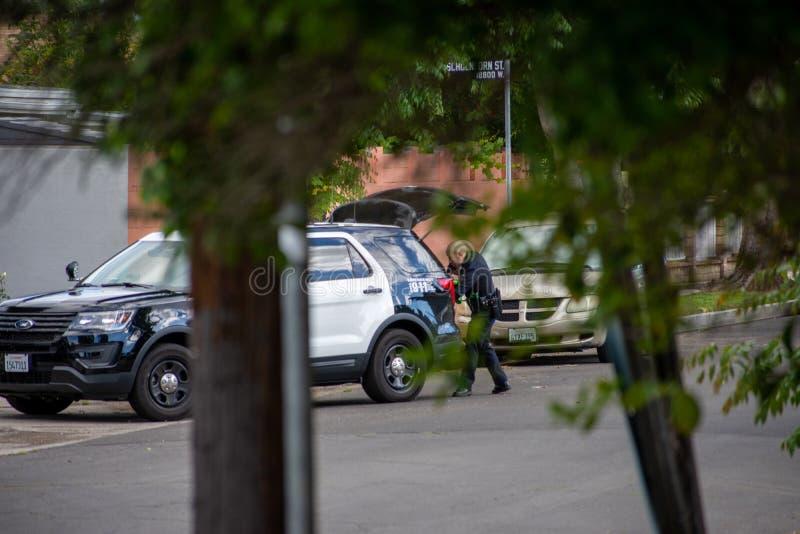 Northridge, CA/Соединенные Штаты - 27-ое мая 2019: Блоки патруля LAPD отвечают звонку brandishing/ADW в пригородном районе с стоковые изображения rf