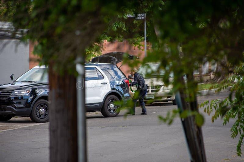 Northridge CA/Förenta staterna - Maj 27, 2019: LAPD-patrullenheter reagerar till brandishing-/ADWappellen i förorts- grannskap me arkivfoton