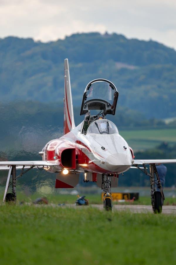 Northrop F-5E kämpeflygplan från det schweiziska laget Patrouille Suisse för flygvapenbildandeskärm royaltyfria foton