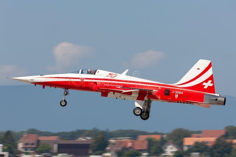 Northrop F-5E kämpeflygplan från det schweiziska laget Patrouille Suisse för flygvapenbildandeskärm royaltyfri bild