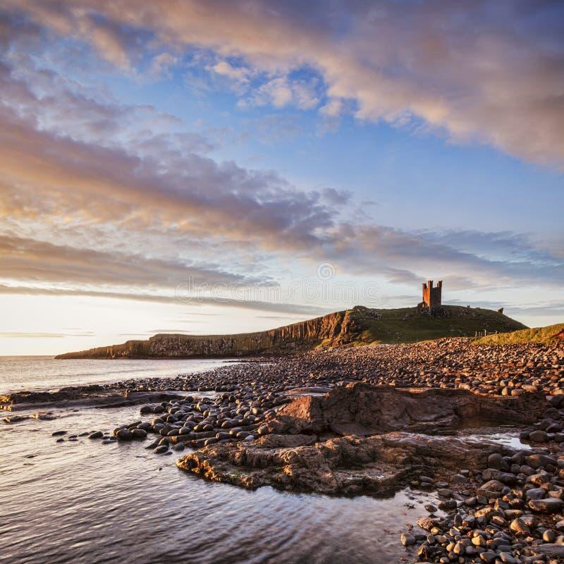 Northumberland van het Dunstanburghkasteel Engeland stock foto's
