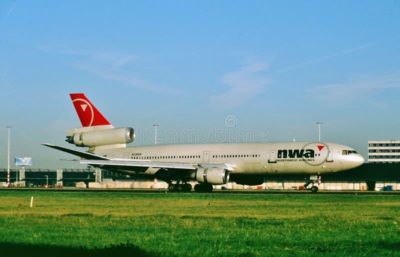 Northwest Airlines McDonnell Douglas DC-10-30ER N238NW que taxiing após em um voo de Toyko fotos de stock