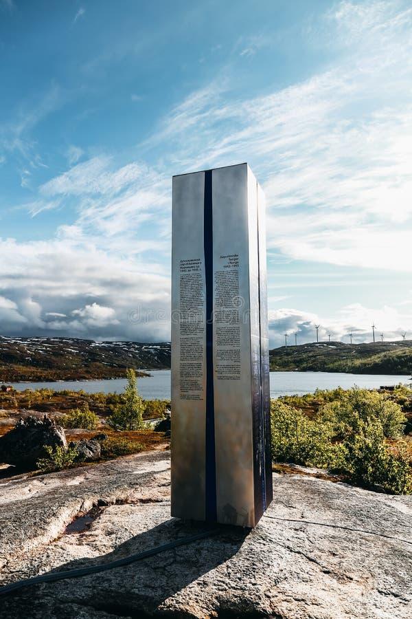 Noruega do norte, em Bjornfell perto do pensionista à Suécia é o memorial para os prisioneiros jugoslavos que morreram em Noruega fotos de stock