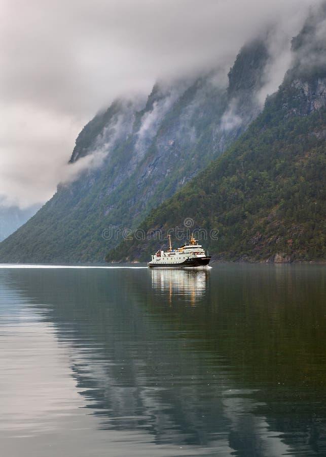 Noruega, fiorde de Geiranger Manhã nevoenta imagens de stock royalty free