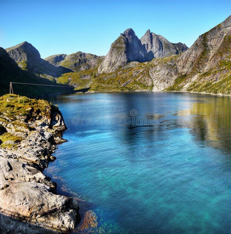 Noruega, islas de Lofoten, fiordos de las montañas del paisaje de la costa fotografía de archivo libre de regalías