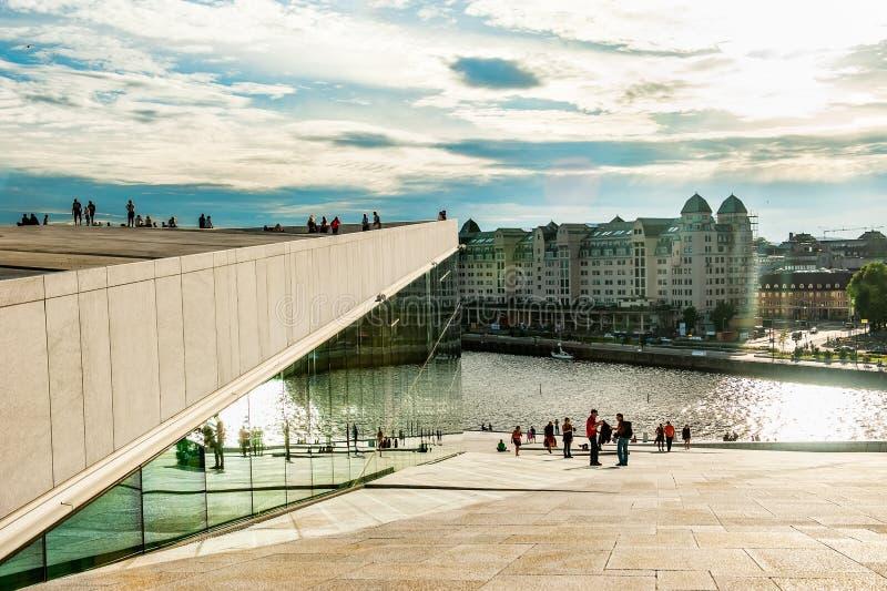 Noruega, Oslo 1? de agosto de 2013: Os turistas tomam fotos e admiram a ideia do panorama de Oslo da terraplenagem do teatro da ? imagens de stock