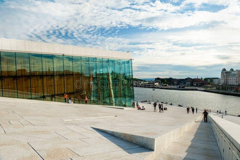 Noruega, Oslo 1? de agosto de 2013: Os turistas tomam fotos e admiram a ideia do panorama de Oslo da terraplenagem do teatro da ? imagem de stock