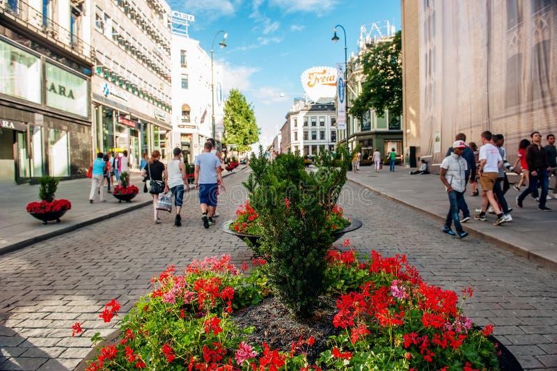 Noruega, Oslo 1? de agosto de 2013 Rua no centro de Oslo, a capital de Noruega Os turistas andam no centro da cidade Fundo fotografia de stock