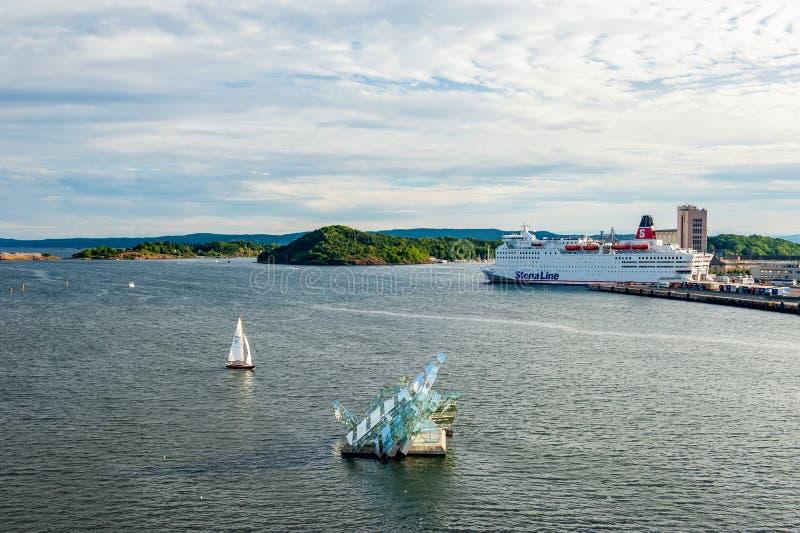 Noruega, Oslo 1 de agosto de 2013: Vista del monumento en las aguas del fiordo, del descanso o del monumento a los cambios consta imagen de archivo libre de regalías