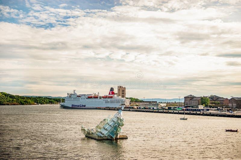 Noruega, Oslo 1 de agosto de 2013: Vista del monumento en las aguas del fiordo, del descanso o del monumento a los cambios consta fotografía de archivo