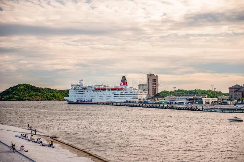 Noruega, Oslo 1 de agosto de 2013: Vista del monumento en las aguas del fiordo, del descanso o del monumento a los cambios consta fotografía de archivo libre de regalías