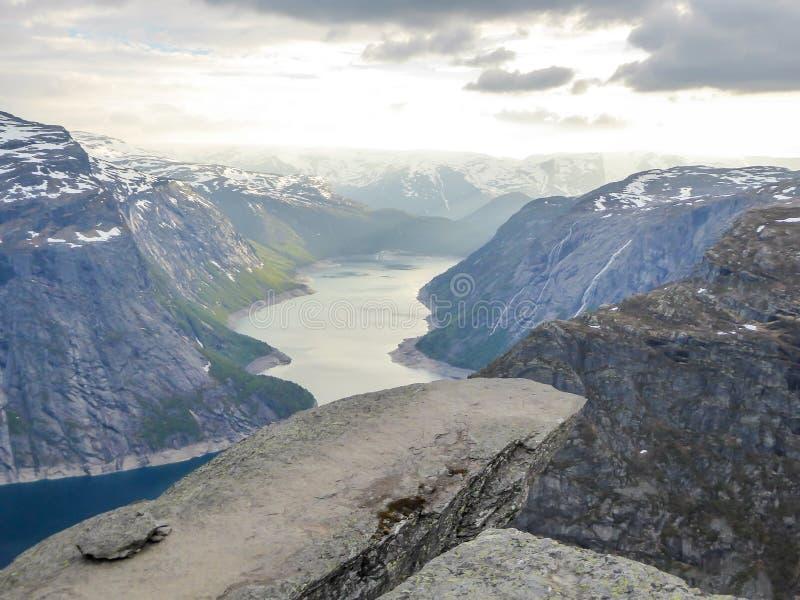 Noruega - Trolltunga famoso con hermosa vista en el fiordo imágenes de archivo libres de regalías