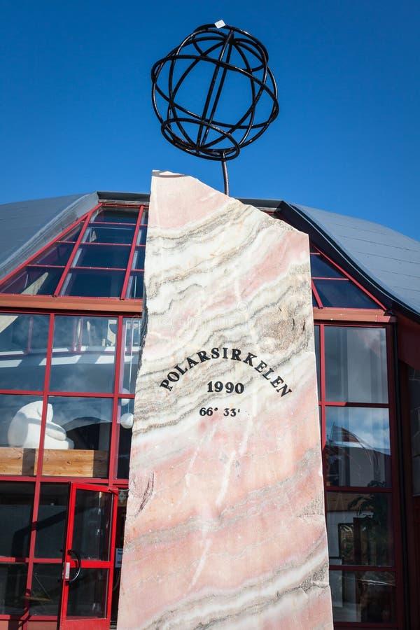 NORUEGA: Un compás de madera grande marca el Círculo Polar Ártico fotografía de archivo libre de regalías