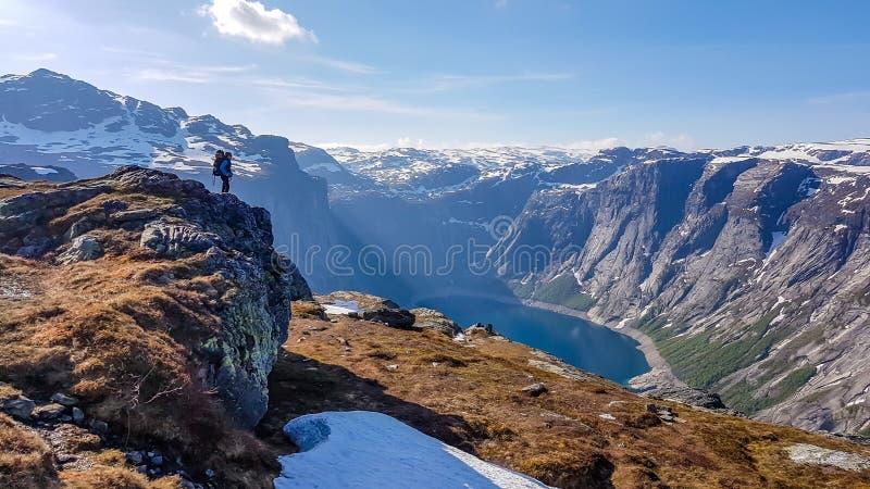 Noruega - una situación del hombre en una roca alta con el lago en la parte posterior foto de archivo libre de regalías