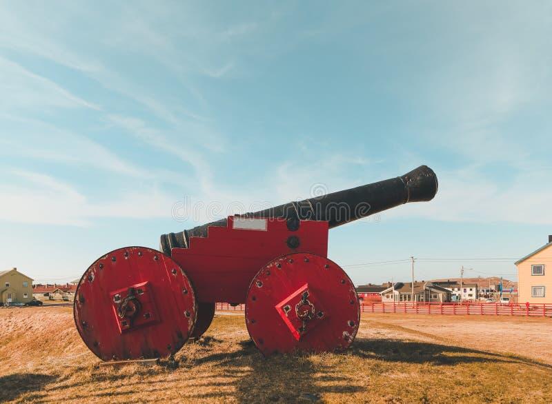 Noruega Vardo, viejo canon de 12 libras fuera de la fortaleza de Vardohus en un día de verano imágenes de archivo libres de regalías