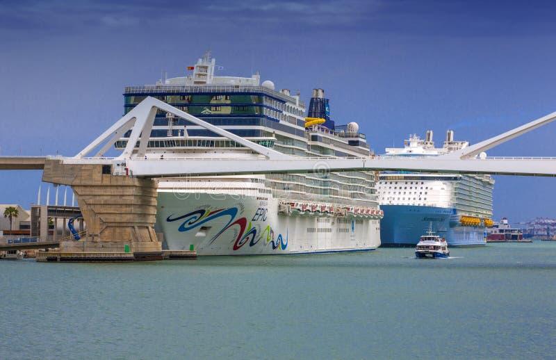 Norvégien Epicin de revêtements d'océan et symphonie des mers dans le port maritime Destination de croisière en voyage de revêtem image stock