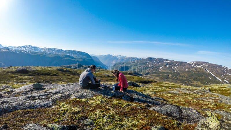 Norwegen - ein Paar, das ein picknic in der Wildnis hat stockfotos
