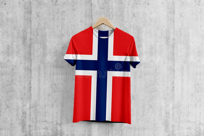 Norwegen-Flagge T-Shirt auf Aufhänger, einheitliche Entwurfsidee des norwegischen Teams für Kleiderproduktion Nationale Abnutzung lizenzfreie abbildung