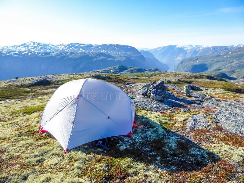 Norwegen - kampierend in der Wildnis mit Fjordansicht stockfotos