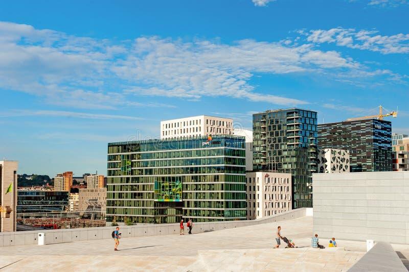 Norwegen, Oslo am 1. August 2013: Sch?ne Stadtansicht von modernen Geb?uden in Oslo vom Ufergegend Opernhaus stockfotografie