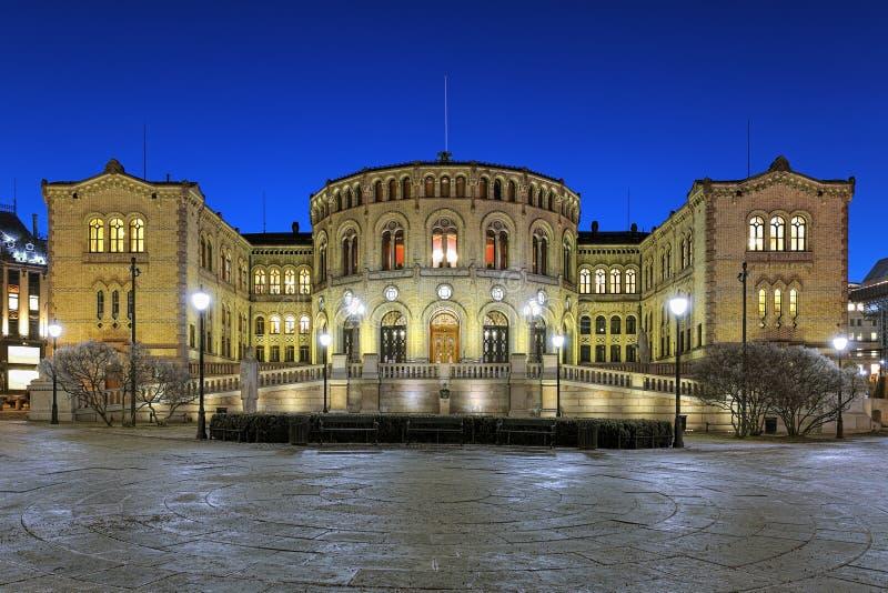 Norwegen-Parlamentsgebäude in Oslo in der Nacht stockfoto