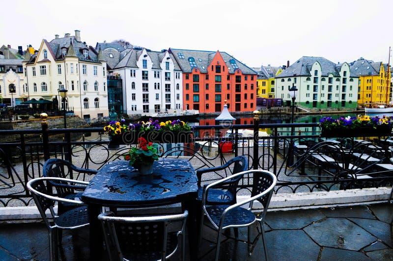Norwegia Alesund, kawiarnia taras na deszczowym dniu, podróży północ Europa fotografia royalty free