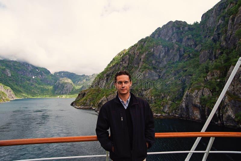 Norwegia fjord g?ry krajobraz z m??czyzna turyst? na statku wycieczkowym Norwegia rejsu wakacje podr?? Bada Norwegia Lista obrazy stock