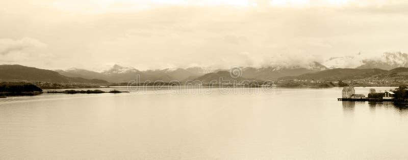 Norwegia Fjord jezioro z domem, Alesund wnętrza zatoki panorama, Śnieżny góra krajobraz, Sepiowy fotografia stock