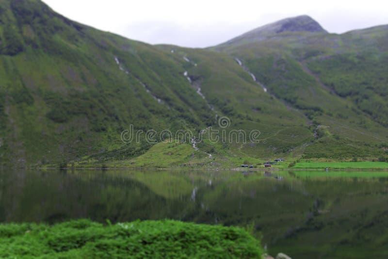 Download Norwegia góry jezioro zdjęcie stock. Obraz złożonej z greenbacks - 28955584