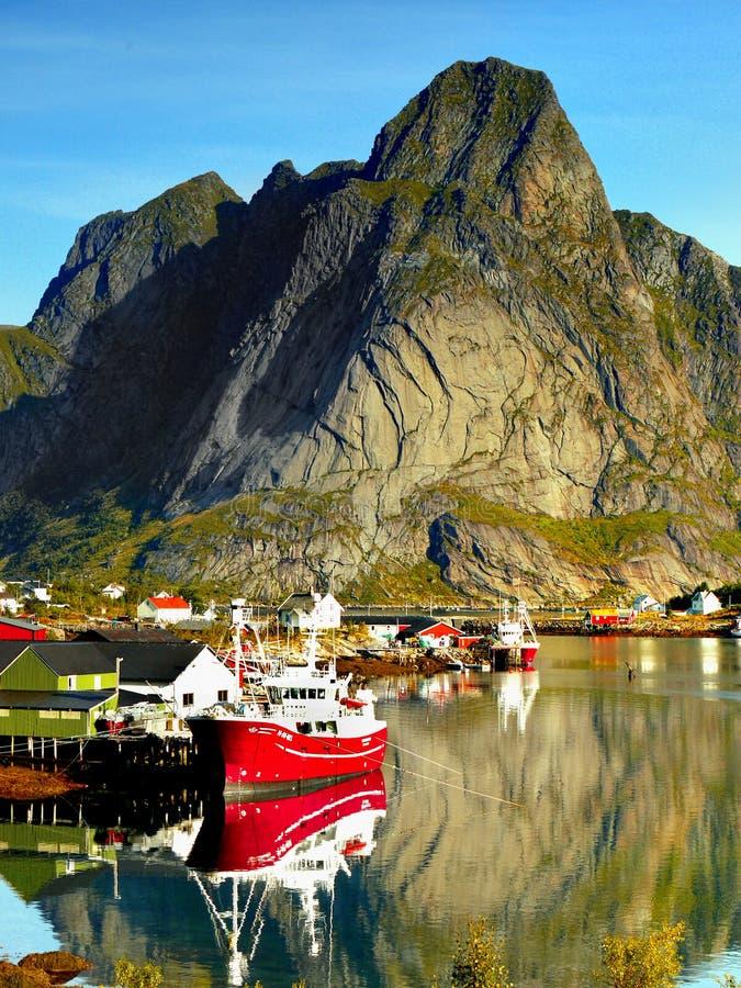 Norwegia krajobraz, Niewygładzona Północna linia brzegowa, Łowi statek, Lofoten wyspy fotografia stock