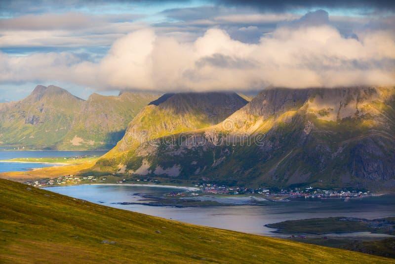 Norwegia krajobraz Skały z chmurami przy fjord obraz stock