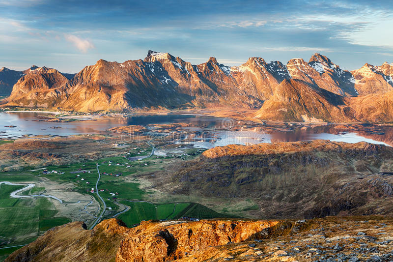 Norwegia Kształtuje teren panoramę z oceanem i górą - Lofoten zdjęcia stock