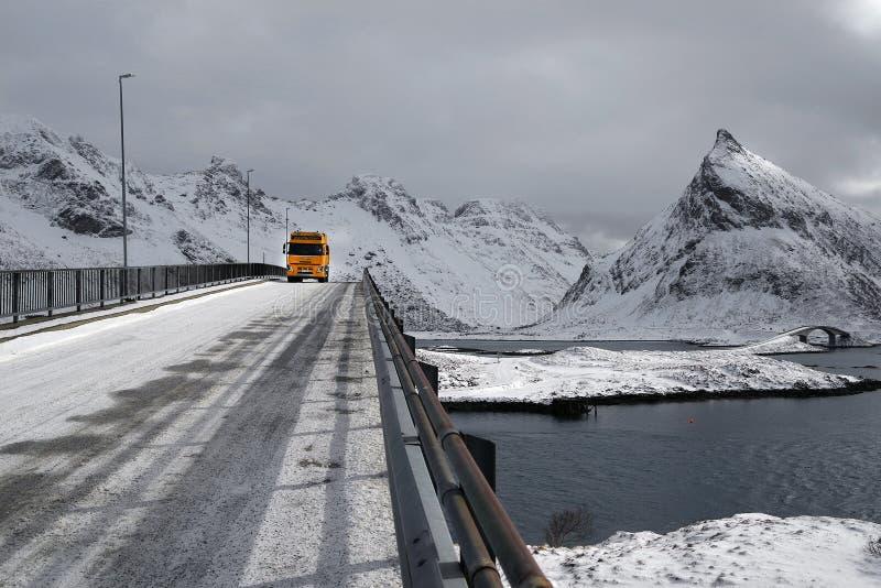 NORWEGIA, LOFOTEN archipelag, 26 MARZEC 2019: Zima warunku transport w Lofoten archipelagu zdjęcie royalty free
