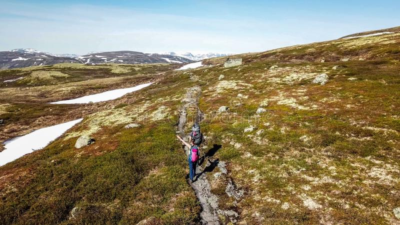 Norwegia - para wycieczkuje w g?rskim plateau zdjęcie stock