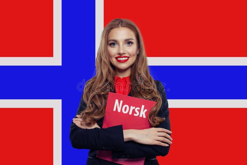 Norwegia Rozochocony ładny kobieta uczeń przeciw Norwegia fladze obraz royalty free